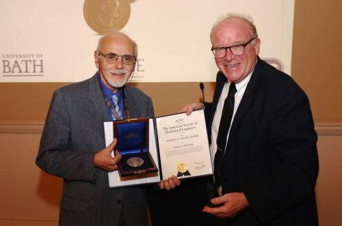 il Professor Kim Stelson (Università del Minnesota) consegna all'Ing. Zarotti la medaglia durante la cena ufficiale del Simposio FPMC 2018 a Bath (UK)