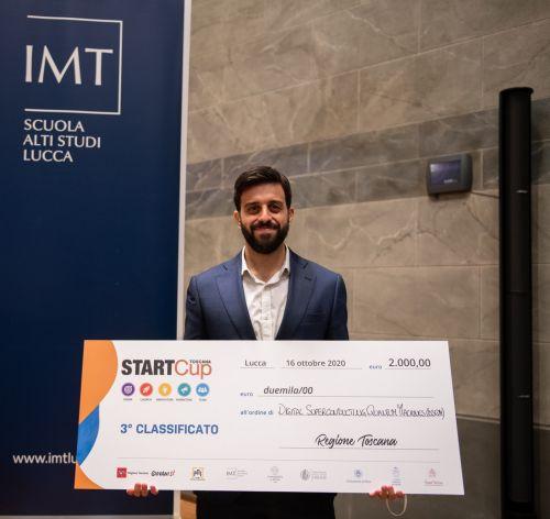 Claudio Puglia (UniPisa e CnrNano) ritira il premio al progetto