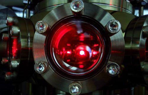 'Una nuvola di atomi di litio utilizzata per l'esperimento viene raffreddata tramite fasci laser all'interno della camera ad ultra-alto vuoto'