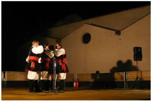 Un gruppo di cantori si esibisce sul palco