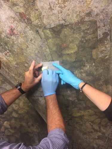 Prove di rimozione di efflorescenze da pitture murali  © Cnr-Ispc