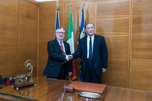 La stretta di mano tra i due presidenti, Massimo Inguscio e Yang Wei