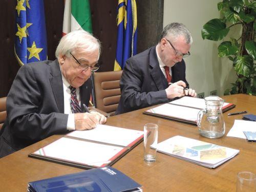 Il momento della firma dei due presidenti
