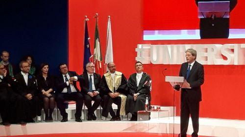 Il presidente Massimo Inguscio nel parterre degli ospiti accanto al rettore dell'Università di Camerino Claudio Pettinari. Sul palco, il premier Paolo Gentiloni