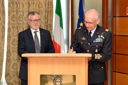 Il momento della firma dell'accordo tra tra Cnr e Aeronautica Militare