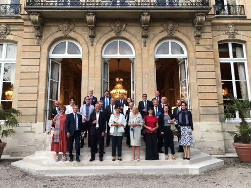 Foto di gruppo di fronte alla sede dell'Ambasciata d'Italia a Parigi