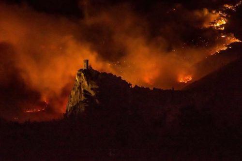 L'incendio del Monte Pisano e di Calci (Pisa) a fine settembre, alle spalle della Torre di Caprona. Immagine riprodotta da Pisanews e Legambiente Valdera