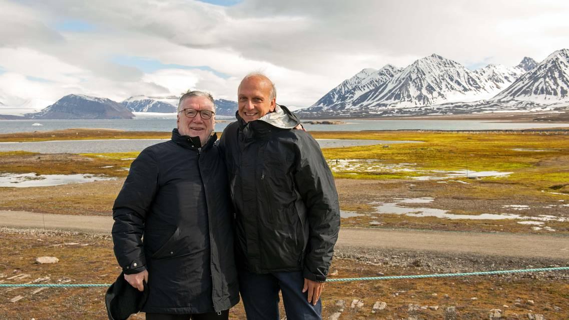 Il ministro Marco Bussetti e il presidente del Cnr Massimo Inguscio, sullo sfondo il panorama di Ny-Alesund