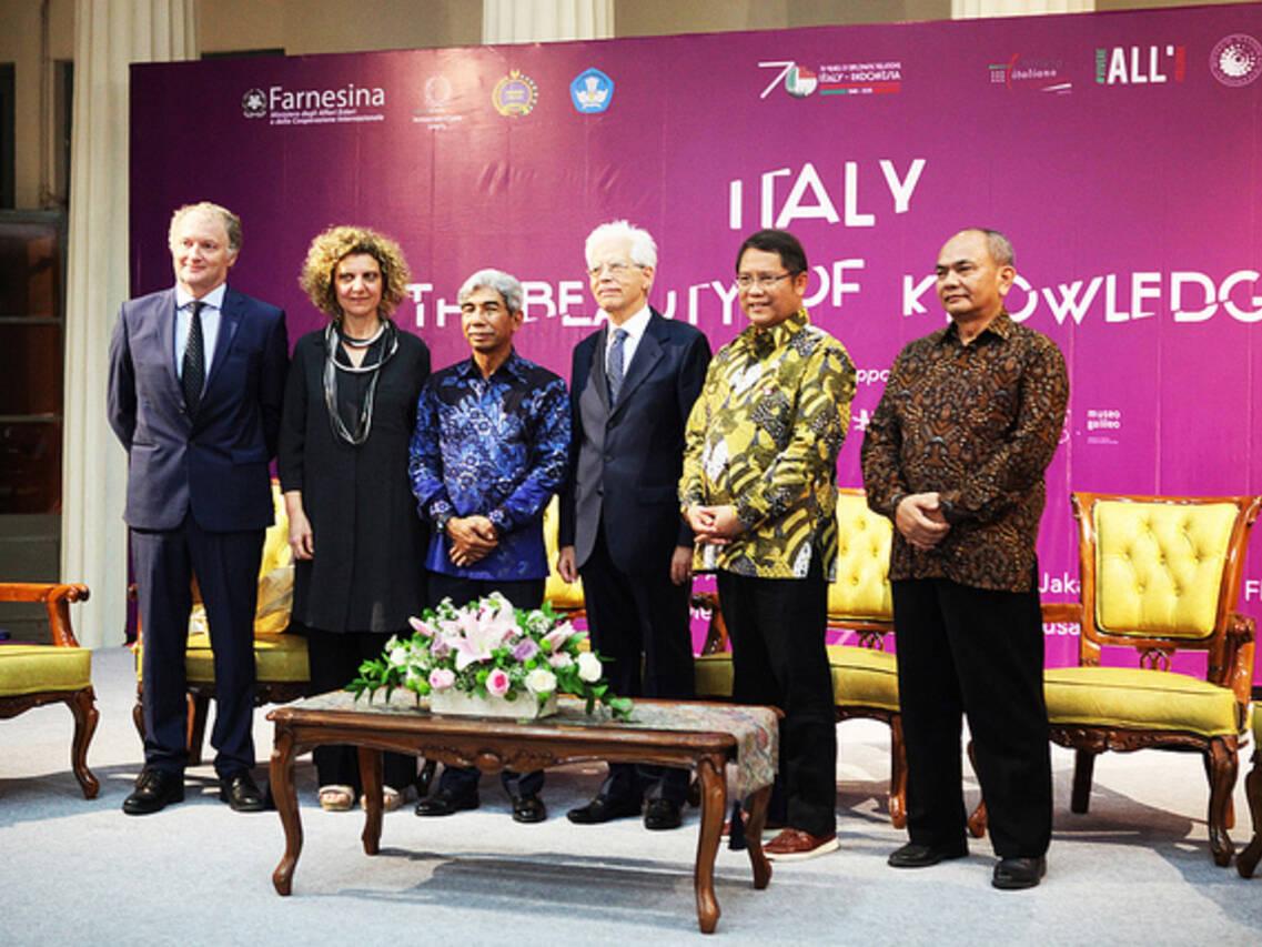 L'ambasciatore d'Italia nella Repubblica di Indonesia, Vittorio Sandalli (al centro) ha inaugurato la tappa di Jakarta della mostra